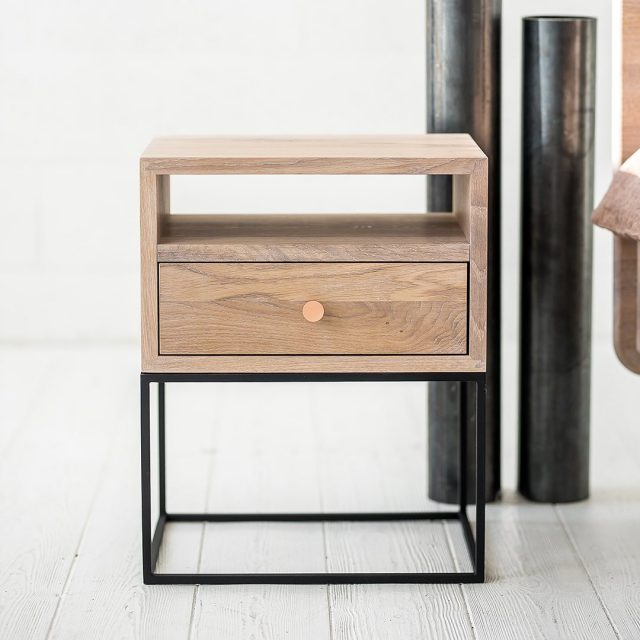 Bedside table LIVING copper handle, like a berry on a cake, unique vases with curved, delicate linen bedding, vase, simple wooden bed ... Just a few details and the bedroom exudes subtle and tasteful luxury. What do you think of this collection? Comments are welcome. 👁👁 #bedsidetable #bedsidetabledecor #woodtable #furniture #furnitureshop #baldainamams #baldai #bedroom #madeinLithuania #pagamintiLietuvojebaldai